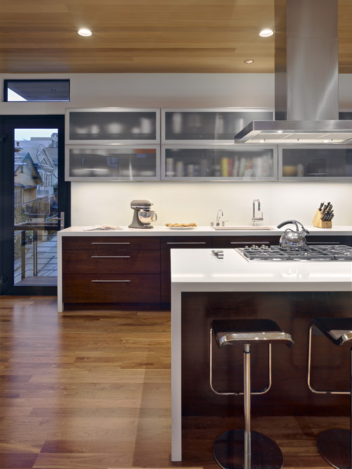Cabinet door design trends horizontal grain and lines for Kitchen cabinet lines